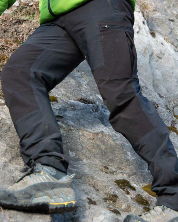 Wandern in den Alpen mit der Outdoorhose Camp 1 für Herren