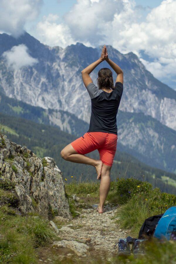 Yoga auf der Tschaggunser Mittagsspitze in der Shorty Damen in Coral und dem TENCEL™-Shirt Piona Frauen in schwarz/grau. Zum Wandern und Biken geeignet.