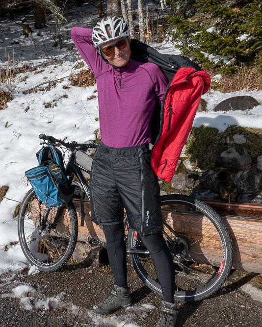 Winter-Radtour mit der Überhose Tour Starter. Mit einer leichten Isolation hält sie dich warm!