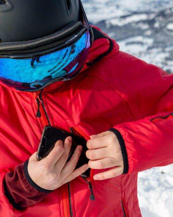Brusttasche für Smartphone und Geldtasche an der Isolationsjacke Everest