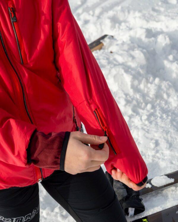 Liftpasstasche an der Isolationsjacke Everest in rot.