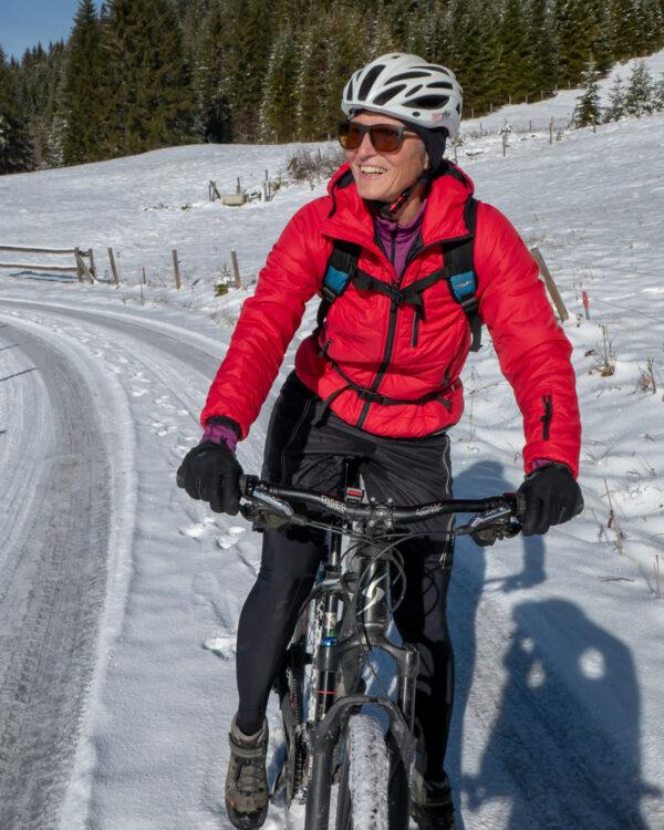 Radtour bei Schnee am Muttersberg. Mit hochwertiger Outdoorjacke Everest