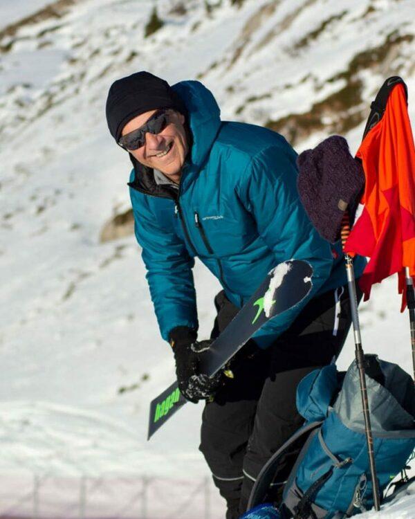 Skitourenfoto. Zeigt die Winterjacke Vinson in türkis und die Tourenhose No Limit