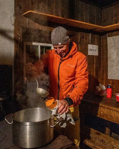 Aktivbild der Isolationsjacke Makalu in einer Hütte