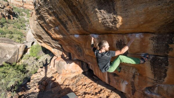 Titelbild Herrenbekleidung / Sportbekleidung für Männer. Klettern und Bouldern in Afrika.