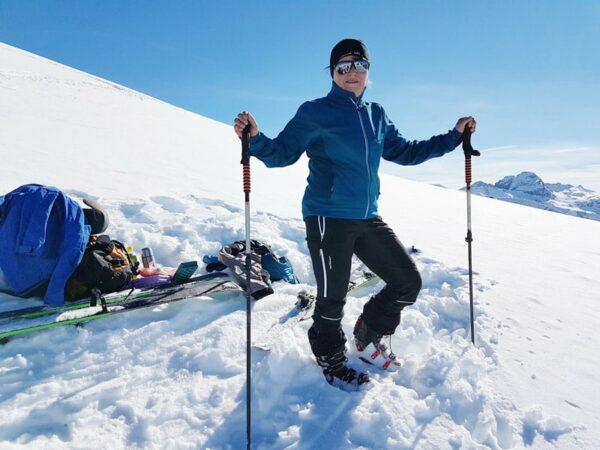 Aktivbild der Tourenhose No Limit aus Pontetorto-Material und von der Jacke Nuptse im Schnee auf dem Berg
