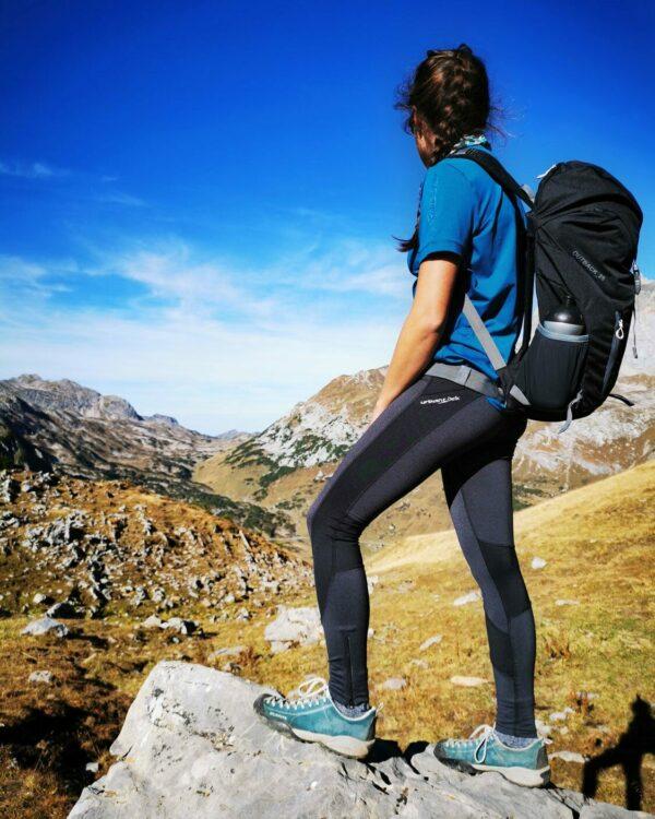 Wanderung im Tirol mit der Tight Spirit, dem Rucksack Outback 25 und dem Funktionsshirt Tenno in blau