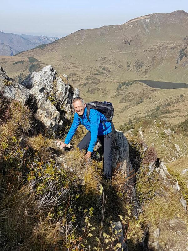 Aktivbild von der Jacke Nordend, Outdoorjacke in der Farbe royal, und der Outdoorhose Zimba