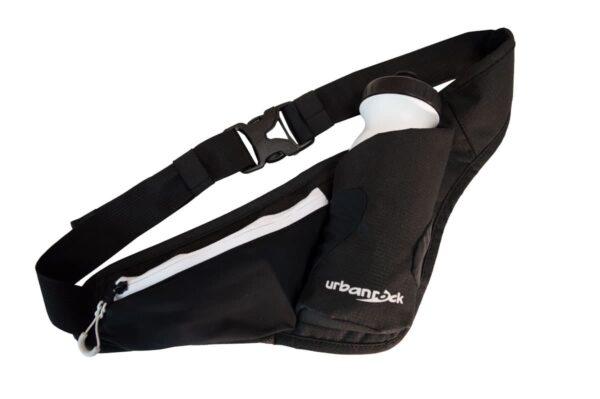 Produktbild der Hüfttasche Cross 4 in schwarz. Enthält auf dem Bild eine Trinkflasche