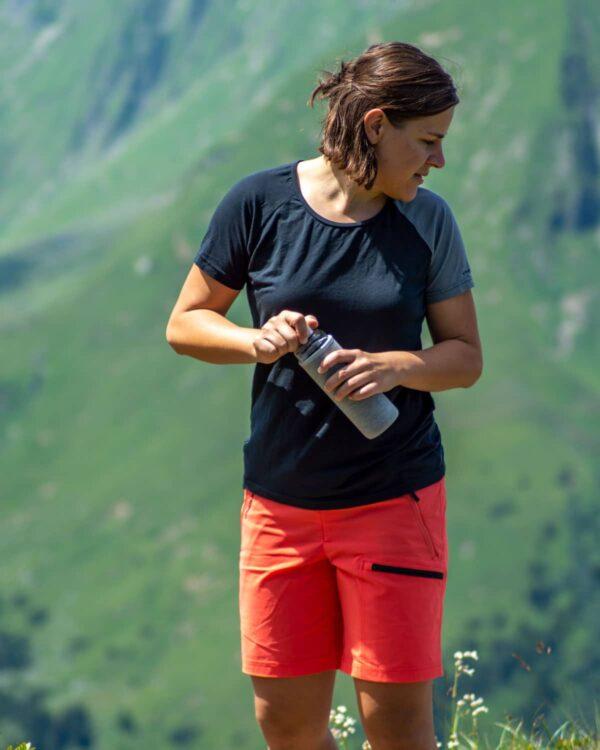 Sommerwanderung im Shirt Piona Lady mit TENCEL™-Lyocellfasern und Funktionsshort Shorty in Coral