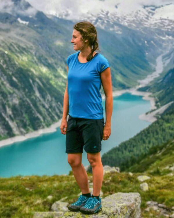 Wanderung im Tirol, Österreich. Mit TENCEL™-Shirt Verbella für Damen und Frauen-Wanderhose Albona mit Abzippfunktion.