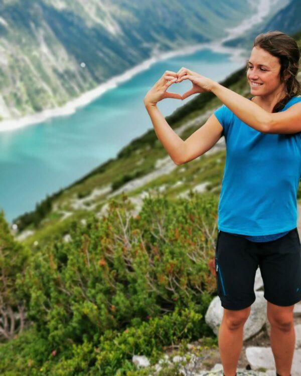Wanderfoto aus dem Tirol. Mit dem Funktionsshirt Verbella für Damen mit TENCEL™-Anteil und der praktischen Zip-Off-Hose Albona für Frauen