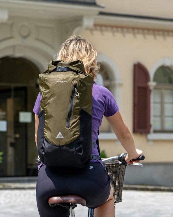 Wasserdichter Rucksack für Radtouren in der Stadt. Geeignet zum Laptop und Schulsachen sicher und vor Regen geschützt zu verstauen.