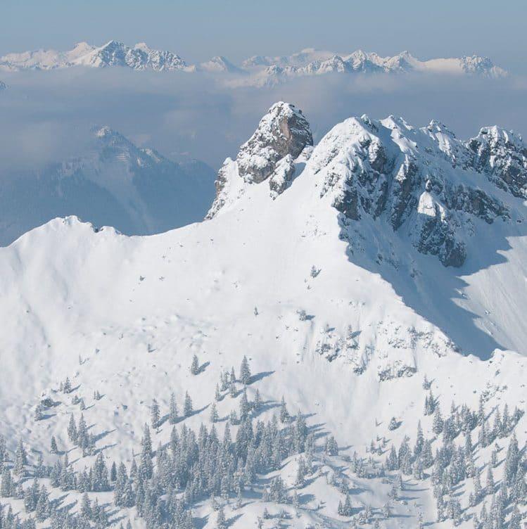 """Titelbild für den Beitrag """"Internationaler Tag der Berge"""". Im Beitrag findest du ein paar Tipps, wie du nachhaltiger in den Bergen unterwegs sein kannst."""