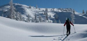 Welche Eigenschaften sind für eine Skitourenhose besonders wichtig? Erfahre in unserem Guide wie du die passende Tourenhose für deine Anforderungen findest!