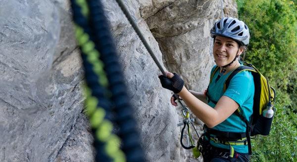 Titelbild Wanderkleidung für Damen, entwickelt in Vorarlberg. Mountainbiken, Klettern